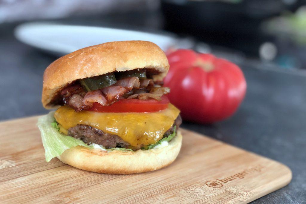 Burger Buns aus Brioche-Teig mit Ei, Weizenmehl und Hefe