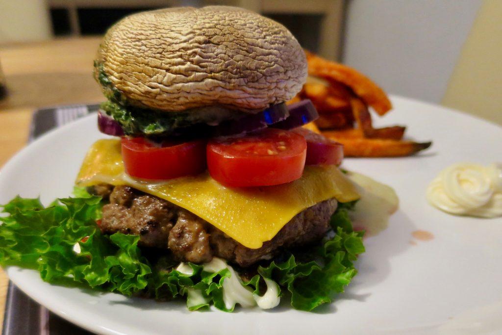 Burger mit Champignon-Deckel