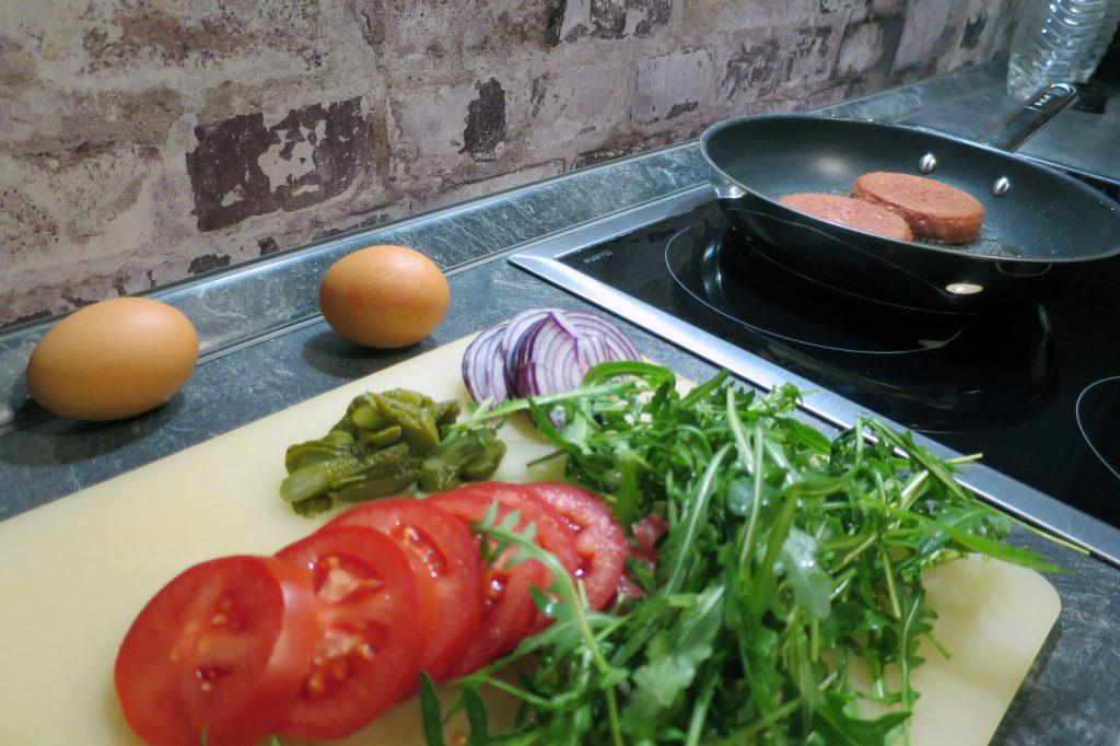 Der Mühlen Burger im Test-Labor: Gemüse, Patty auf Soja-Basis und Eier.